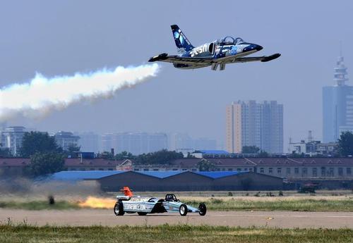 汽車與飛機競速.jpeg